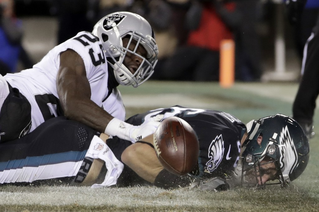 Philadelphia Eagles' Zach Ertz, right, cannot catch a pass in the end zone against Oakland Raiders' Dexter McDonald during the first half of an NFL fo...