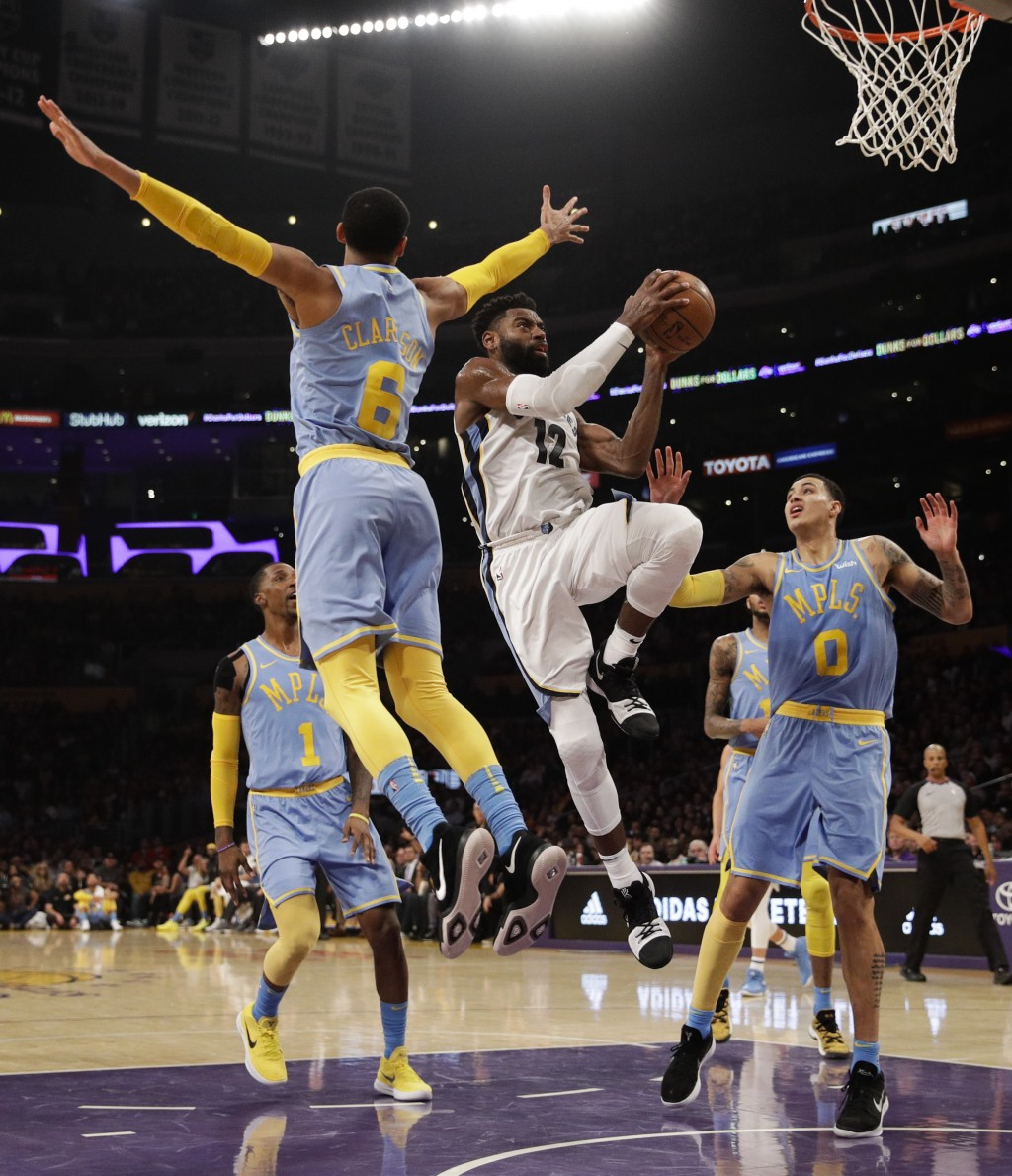 Memphis Grizzlies' Tyreke Evans, center, goes up for a basket past Los Angeles Lakers' Jordan Clarkson, left, and Kyle Kuzma during the first half of ...