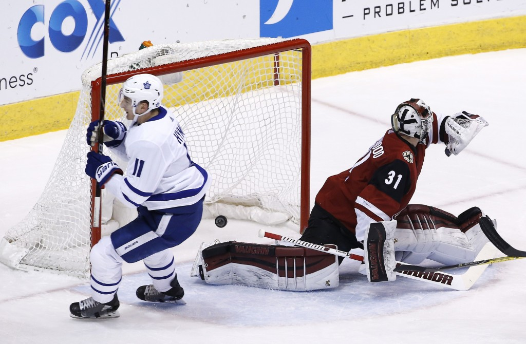 Toronto Maple Leafs center Zach Hyman (11) scores a short-handed goal against Arizona Coyotes goalie Scott Wedgewood (31) during the first period of a...