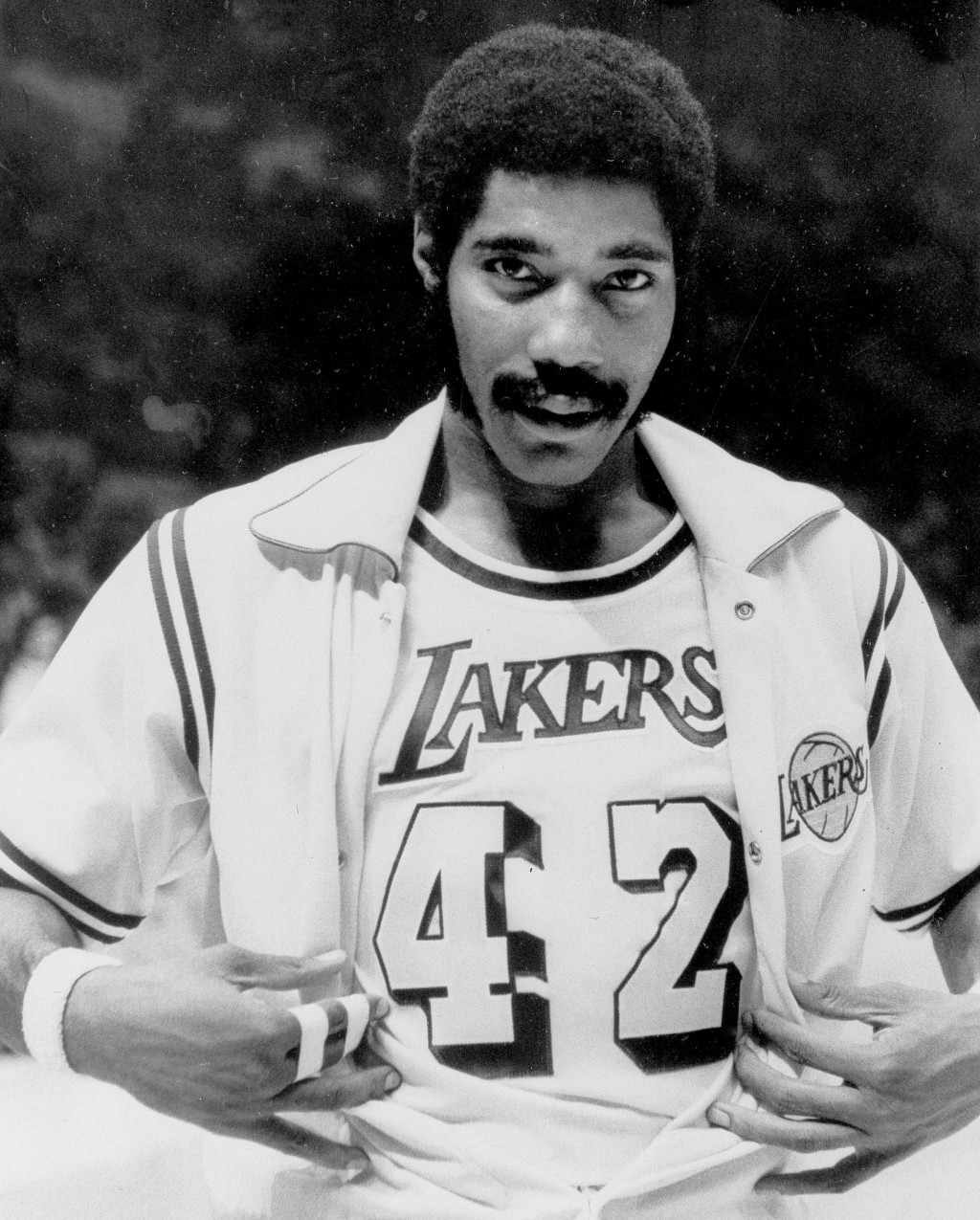 FILE - In this Nov. 2, 1973, file photo, Connie Hawkins shows off his new Los Angeles Lakers uniform before the start of a basketball game against the...