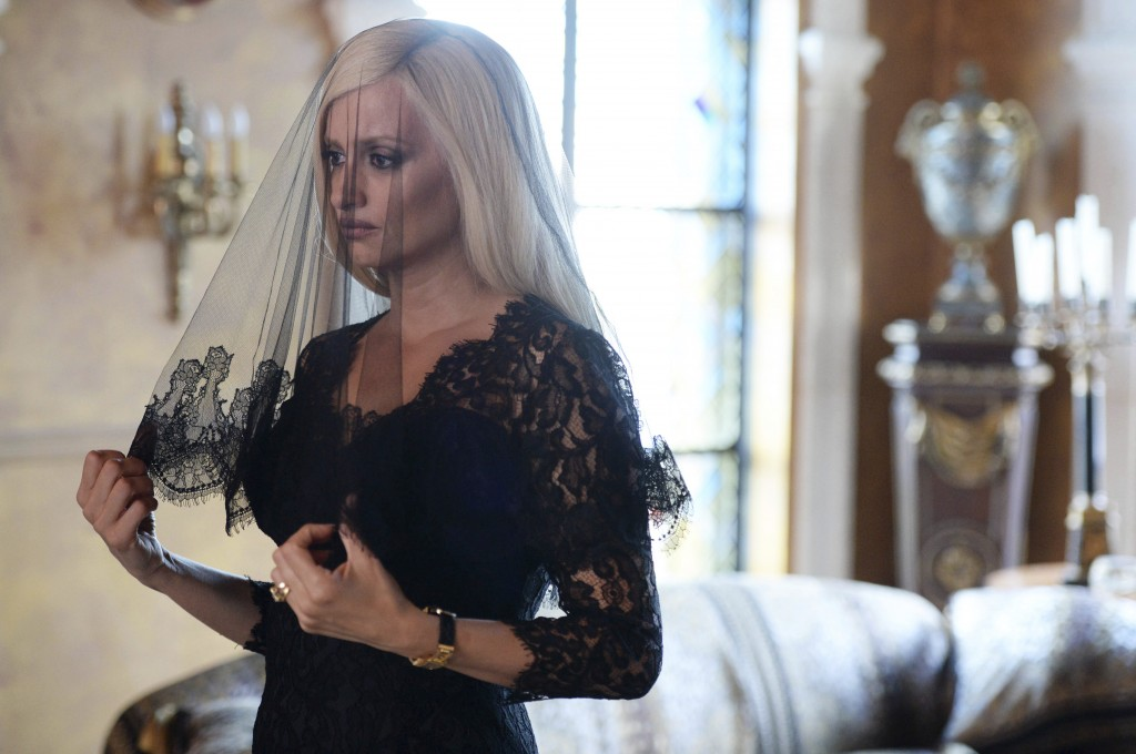 """This image released by FX shows Penelope Cruz as Donatella Versace in a scene from """"The Assassination of Gianni Versace: American Crime Story,"""" premie"""