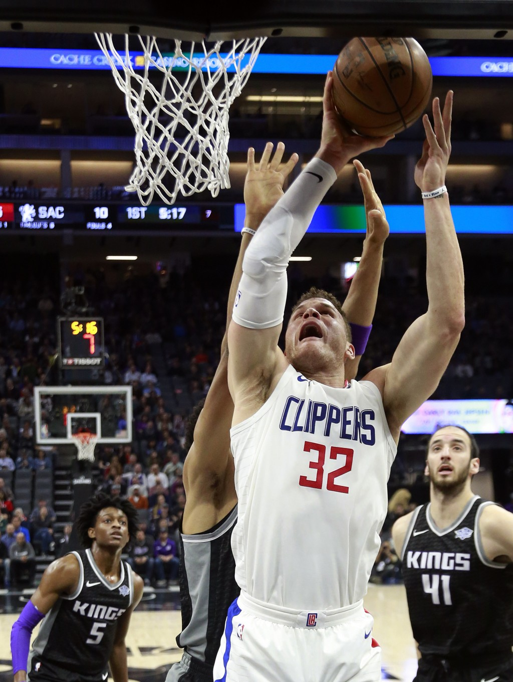 Los Angeles Clippers forward Blake Griffin, center, goes up to the basket against Sacramento Kings forward Skal Labissiere, second from left, during t