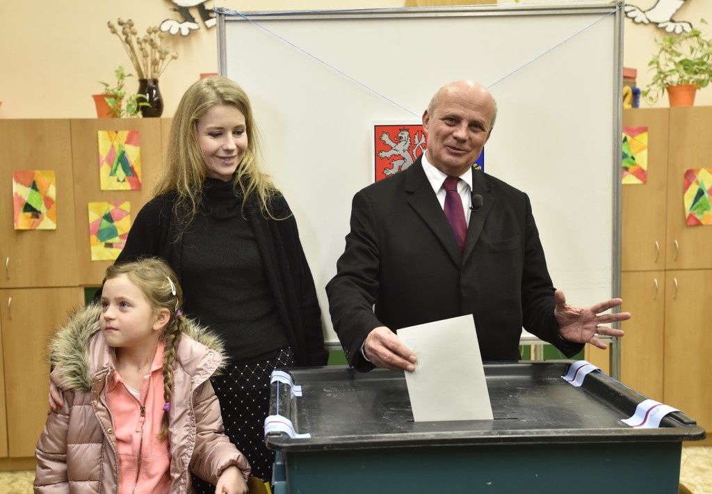 Presidential candidate Michal Horacek casts his vote as his we wife Michaela and daughter Julie look on during the presidential election's first round