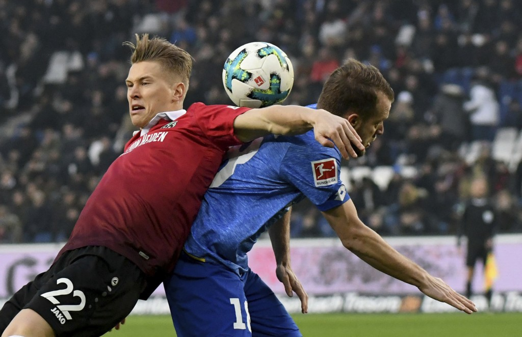 Hannover's Matthias Ostrzolek, left, and Mainz' Daniel Brosinski challenge for the ball during the German Bundesliga soccer match between Hannover 96