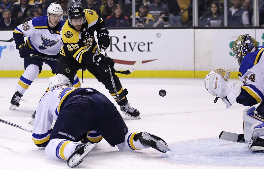 Rask makes 32 saves, leads Bruins past Blues