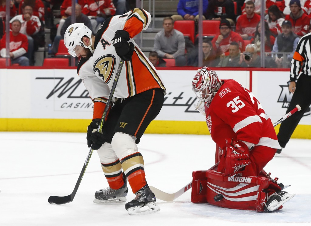Anaheim Ducks center Ryan Kesler, left, screens Detroit Red Wings goaltender Jimmy Howard (35) as he stops a shot in the first period of an NHL hockey