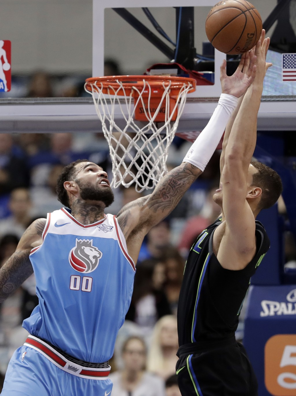 Sacramento Kings center Willie Cauley-Stein (00) disrupts a pass to Dallas Mavericks forward Dwight Powell (7) on an dunk attempt in the first half of