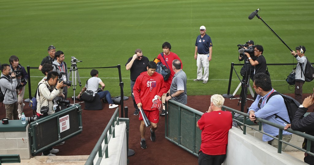 Los Angeles Angels' Shohei Ohtani, center, walks off the field after a spring training baseball practice on Tuesday, Feb. 13, 2018, in Tempe, Ariz. (A