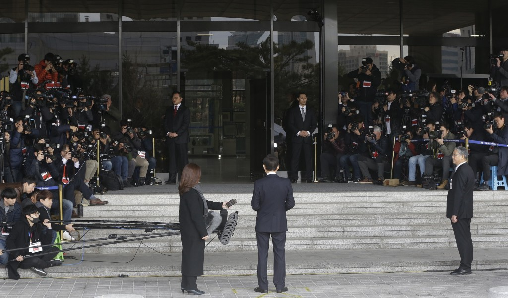 Former South Korean President Lee Myung-bak, center, speaks as he arrives for questioning over bribery allegations at the Seoul Central District Prose