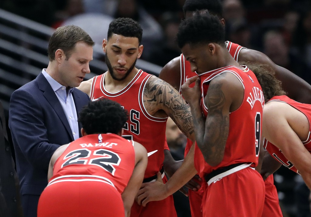 Chicago Bulls head coach Fred Hoiberg talks to his team during the first half of an NBA basketball game against the Los Angeles Clippers, Tuesday, Mar