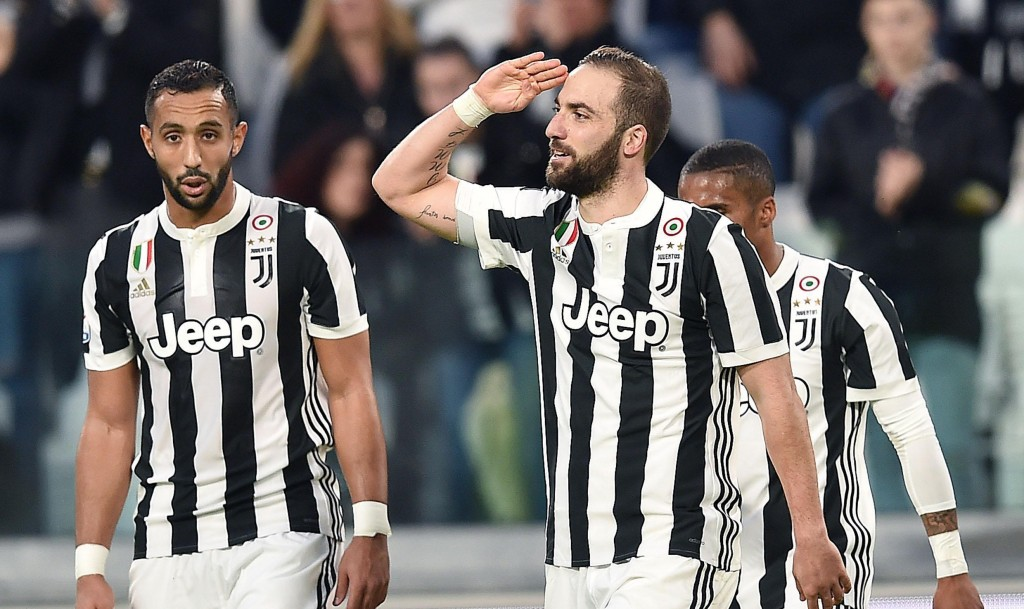 Juventus' Gonzalo Higuain, right, celebrates after scoring his team's first goal during the Italian Serie A soccer match between Juventus and Atalanta