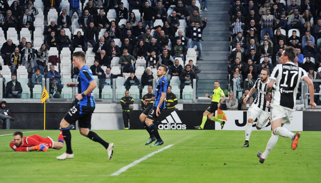 Juventus' Gonzalo Higuain scores his side's first goal during the Italian Serie A soccer match between Juventus and Atalanta at the Allianz Stadium in