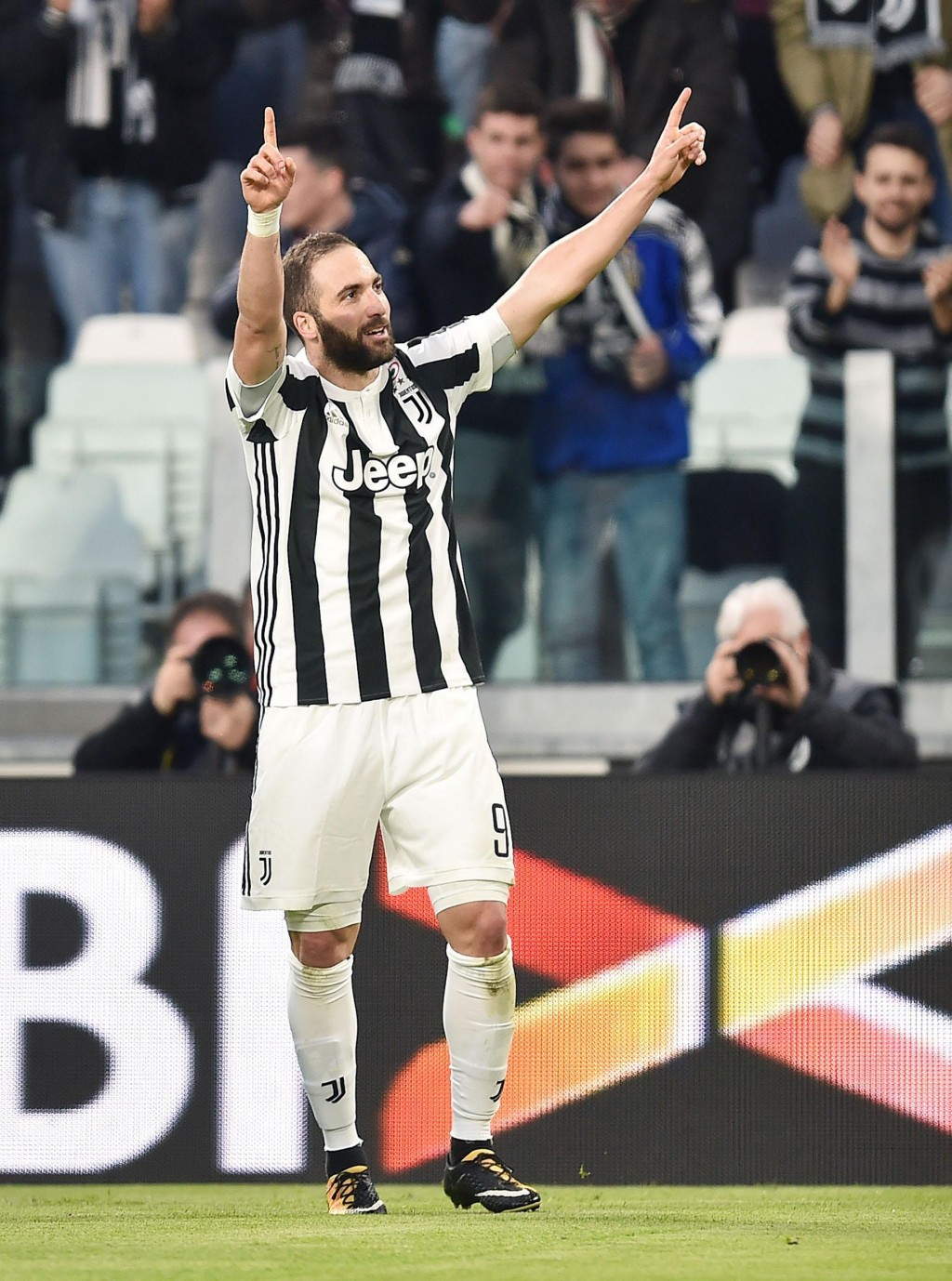 Juventus' Gonzalo Higuain celebrates after scoring his side's first goal during the Italian Serie A soccer match between Juventus and Atalanta at the