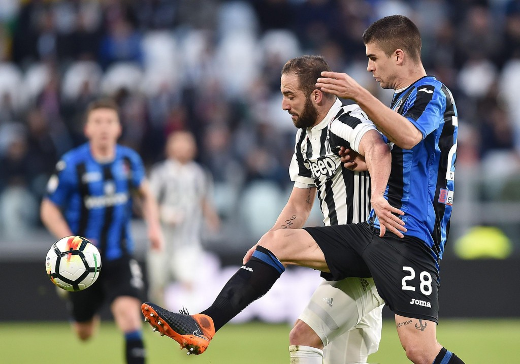 Juventus' Gonzalo Higuain, left, and Atalanta's Gianluca Mancini vie for the ball during the Italian Serie A soccer match between Juventus and Atalant