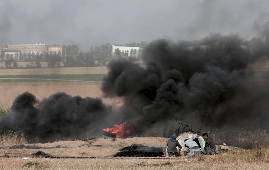 Israeli air strike on Gaza border kills a Palestinian