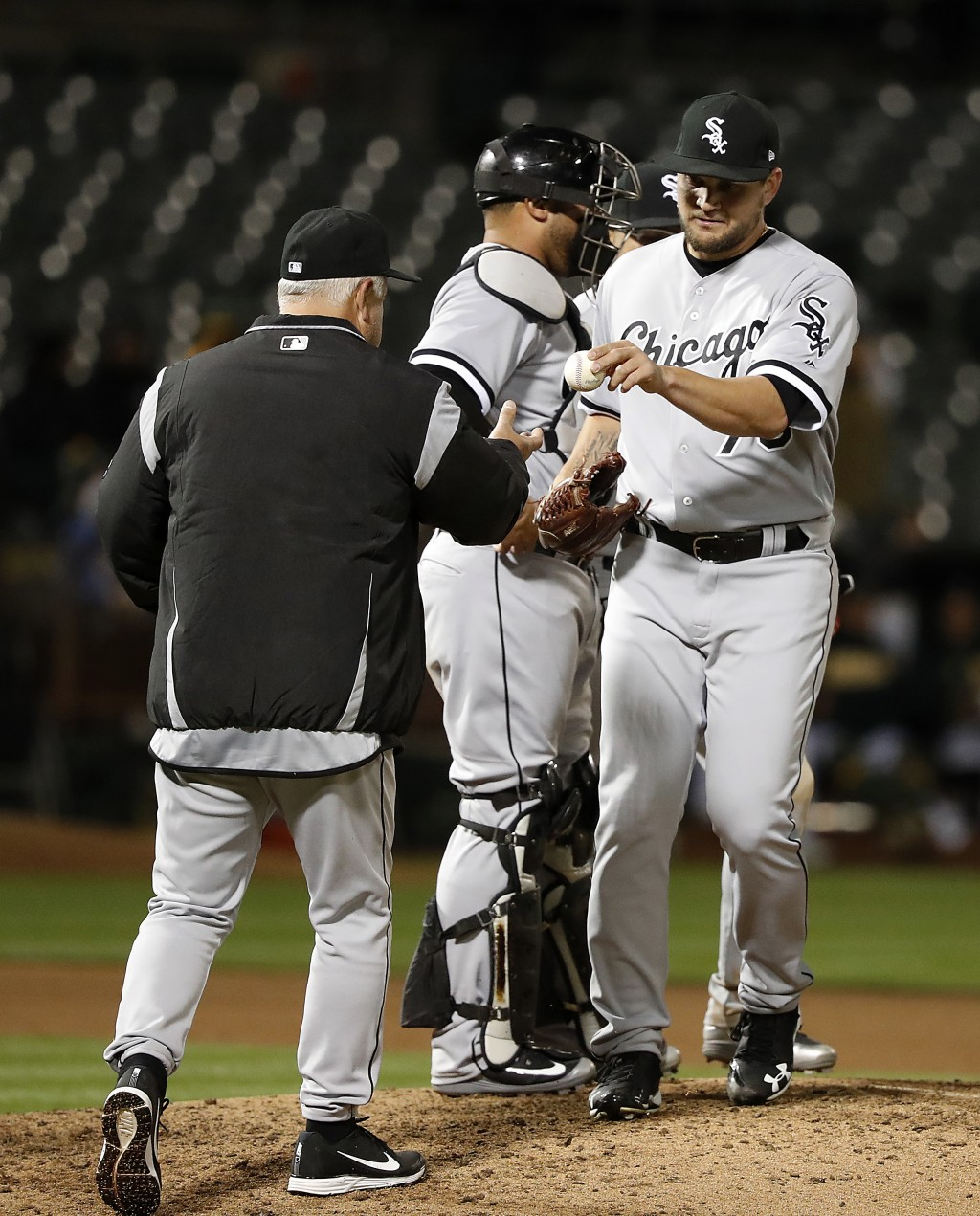 Chicago White Sox relief pitcher Luis Avilan (70) is taken out by manager Rick Renteria, left, during the seventh inning against the Oakland Athletics