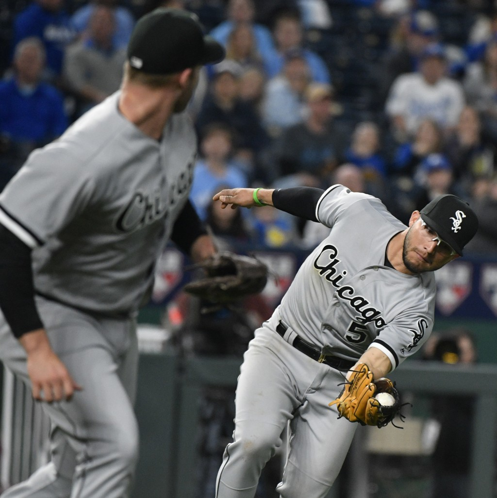 Chicago White Sox third baseman Yolmer Sanchez (5) catches an infield fly ball hit Kansas City Royals' Lucas Duda during the sixth inning during a bas...