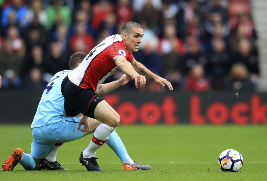Southampton's Oriol Romeu, right, and Bournemouth's Dan Gosling clash during the English Premier League soccer match at St Mary's in Southampton, Engl...