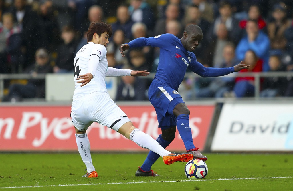 Swansea City's Ki Sung-yueng, left, and Chelsea's N'Golo Kante battle for the ball during their English Premier League soccer match at the Liberty Sta...