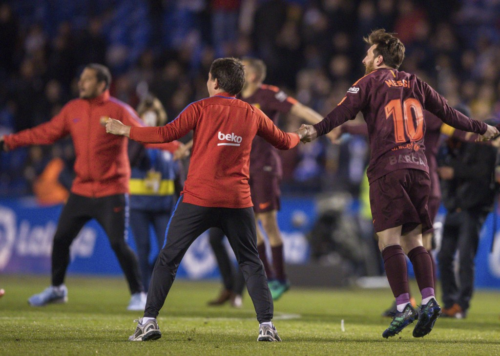 Barcelona's Lionel Messi, right, and teammates celebrate after winning the 2017-18 Spanish La Liga at the end of the soccer match between Deportivo an...