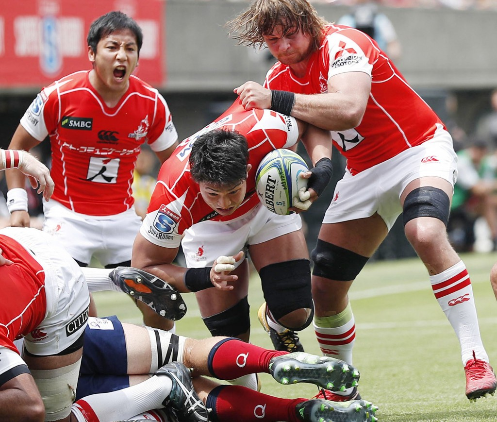 Sunwolves Kazuki Himeno, center, advances in the first half during their match against Reds in Tokyo Saturday, May 12, 2018. The Sunwolves won their f