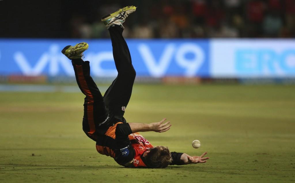 Sunrisers Hyderabad captain Kane Williamson drops the catch of Royal Challengers Bangalore batsman Colin de Grandhomme during the VIVO IPL Twenty20 cr