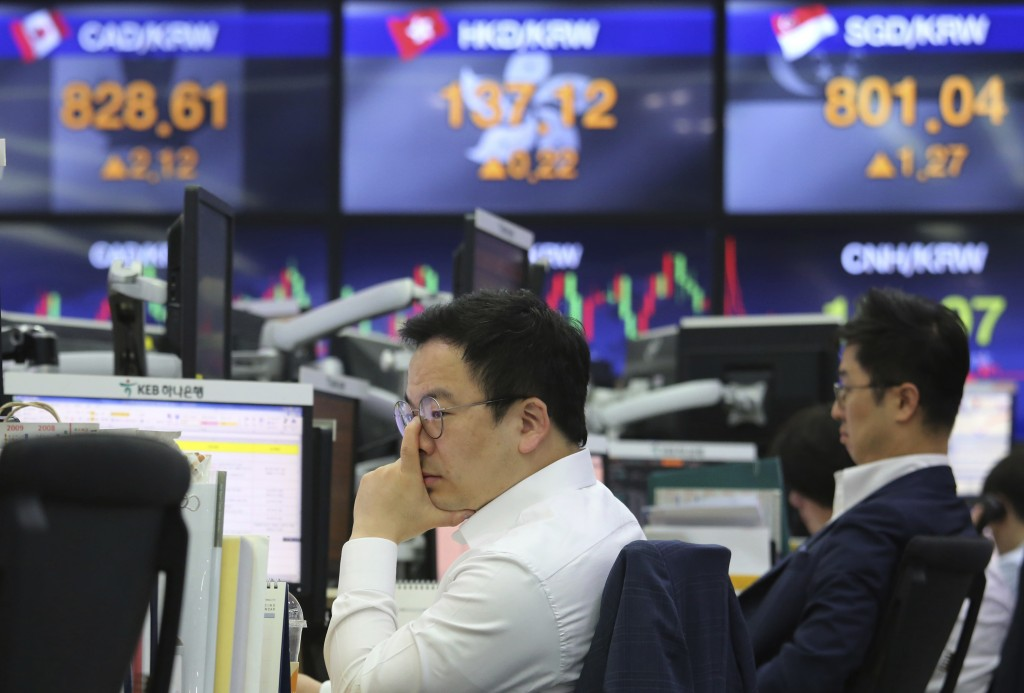 A currency trader watches monitors at the foreign exchange dealing room of the KEB Hana Bank headquarters in Seoul, South Korea, Tuesday, May 29, 2018...