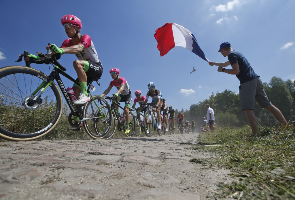 Degenkolb wins chaotic Tour stage over the cobbles