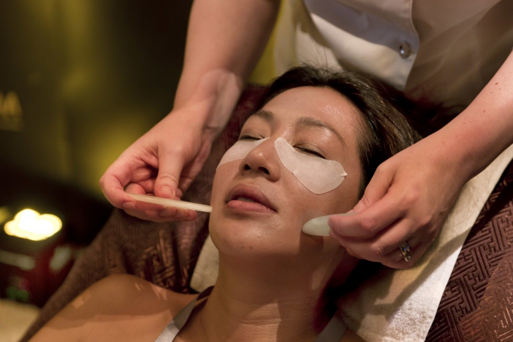 Emma Nowakowski, right, from Chuan Spa at The Langham, in Chicago, demonstrates a Jade Stone Eye Rescue Treatment, during the annual International Spa...