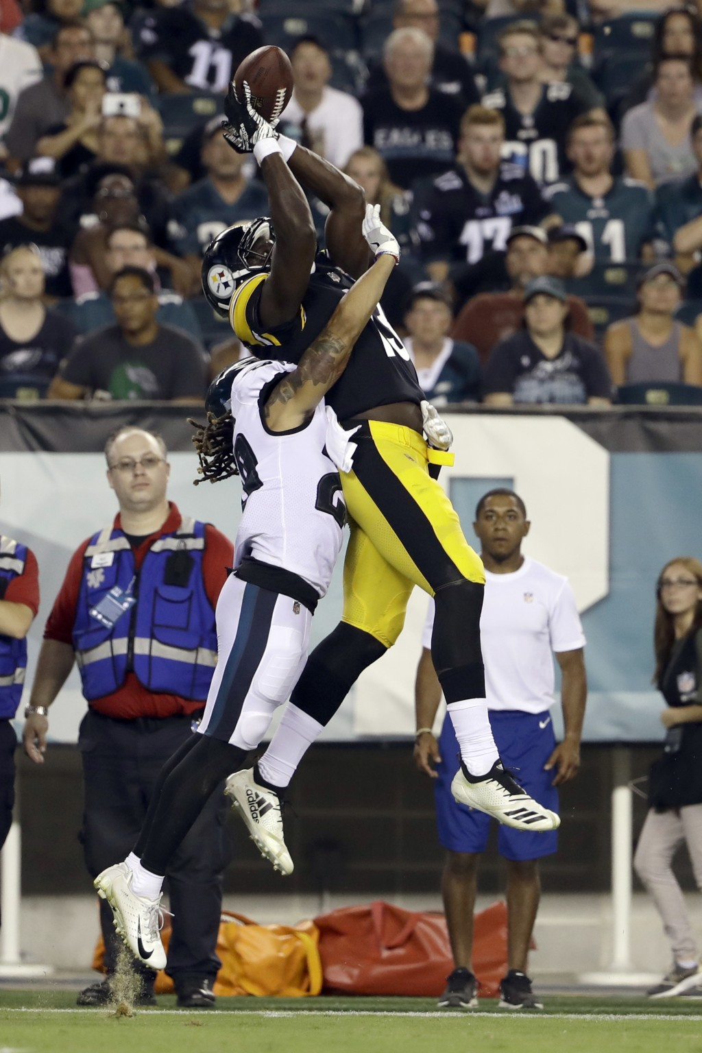 Pittsburgh Steelers' James Washington, right, pulls in a pass against Philadelphia Eagles' Avonte Maddox during the second half of a preseason NFL foo