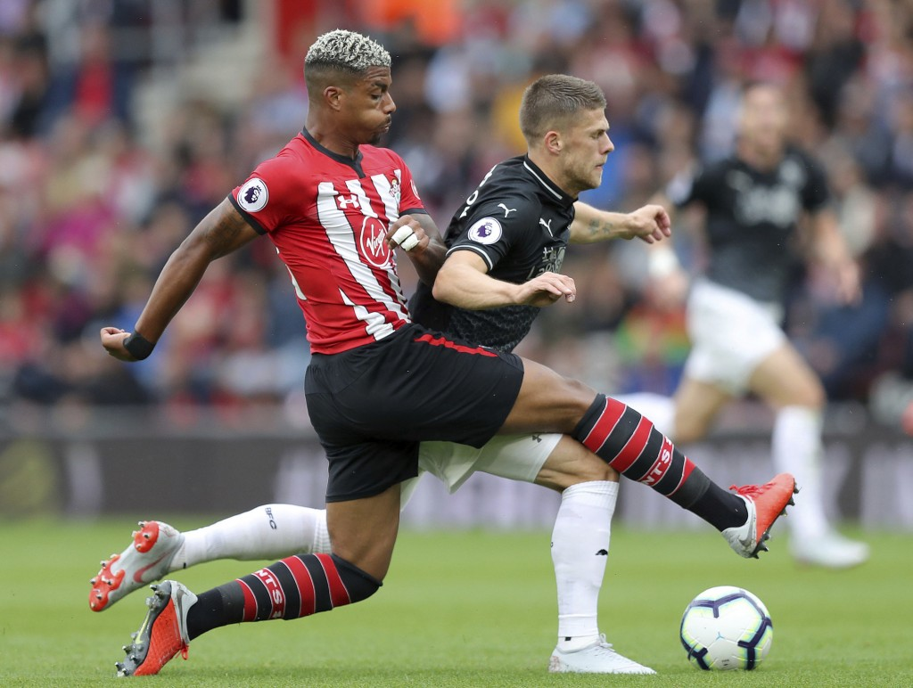 Southampton's Mario Lemina, left, and Burnley's Johann Gudmundsson battle for the ball during the Premier League soccer match between Southampton and