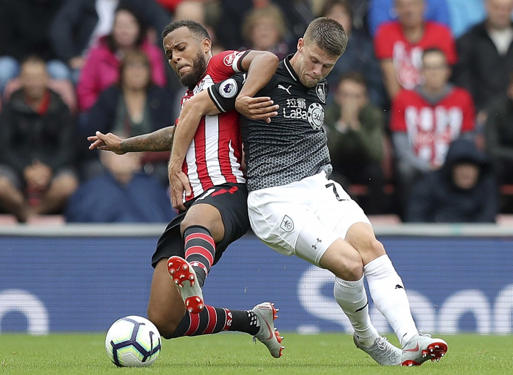 Southampton's Ryan Bertrand (left) and Burnley's Johann Gudmundsson tussle for the ball during the Premier League soccer match between Southampton and