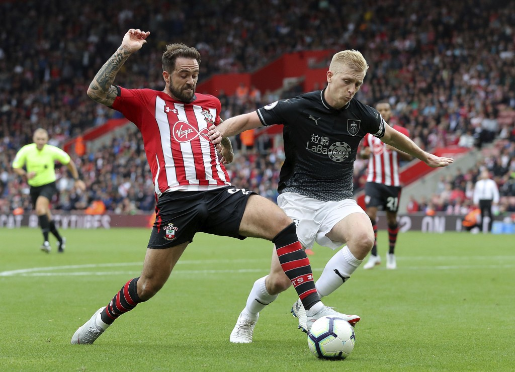 Southampton's Danny Ings, left, and Burnley's Ben Mee battle for the ball during the Premier League soccer match between Southampton and Burnley at St