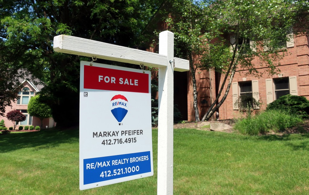 This May 26, 2018, photo shows a home for sale in Gibsonia, Pa. On Thursday, Aug. 16, Freddie Mac reports on the week's average U.S. mortgage rates. (...