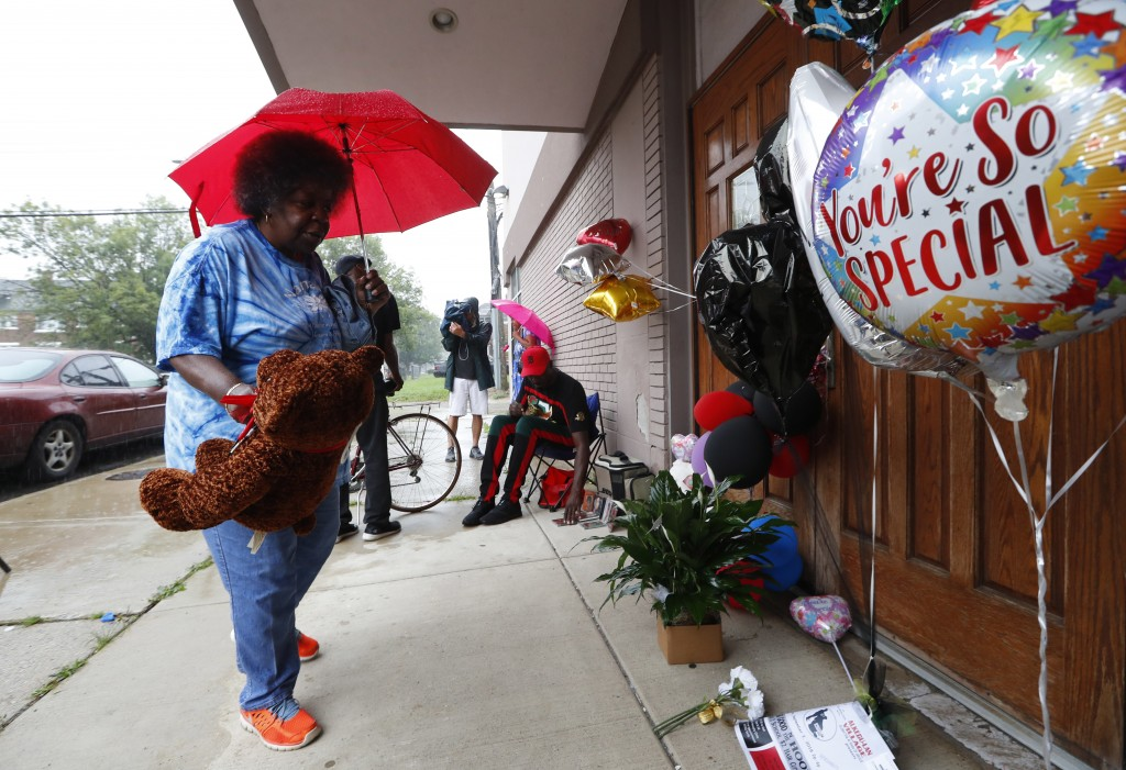 """Beverly Thompson leaves a stuffed bear outside at New Bethel Baptist Church in Detroit, Thursday, Aug. 16, 2018. Aretha Franklin, the undisputed """"Quee..."""