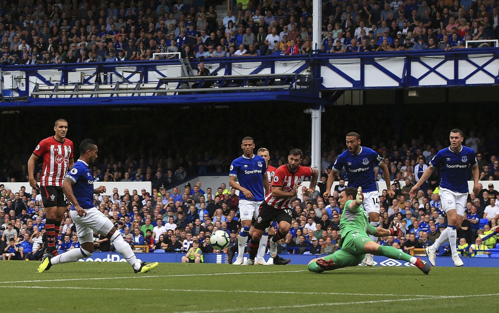 Everton's Theo Walcott, 2nd left, scores his side's first goal of the game against Southampton during their English Premier League soccer match at Goo...