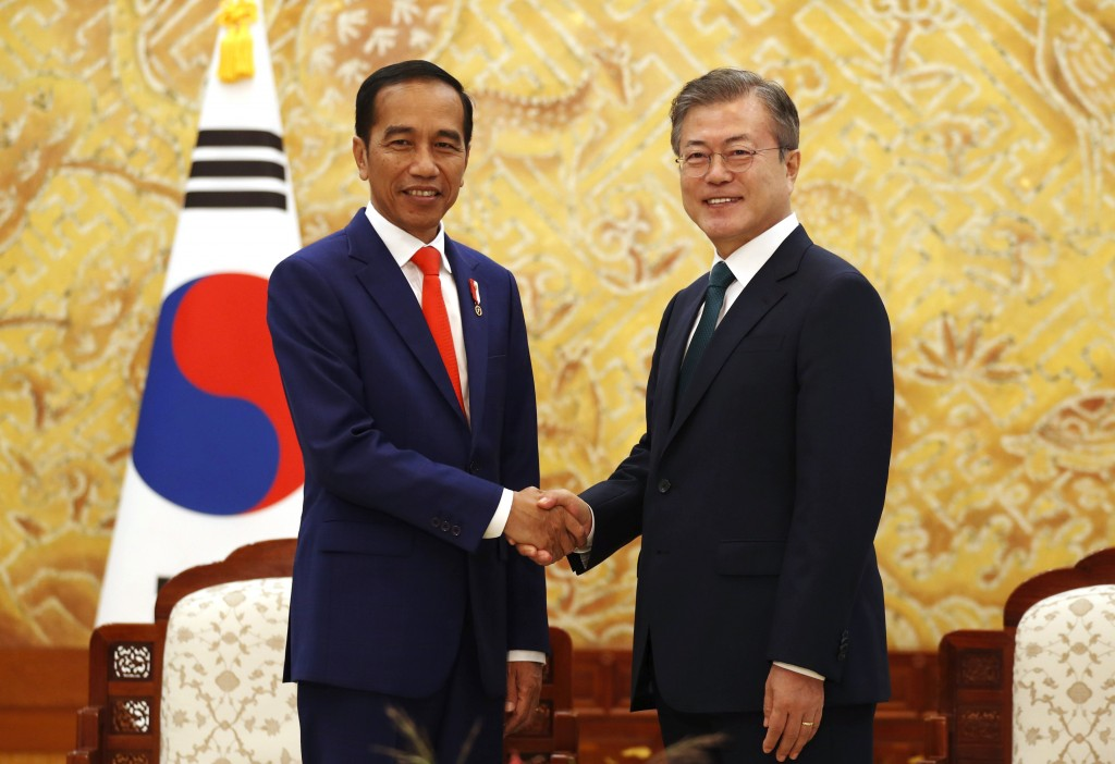 "Indonesian President Joko ""Jokowi"" Widodo, left, and South Korean President Moon Jae-in pose for a photo during their meeting at the presidential Blue"