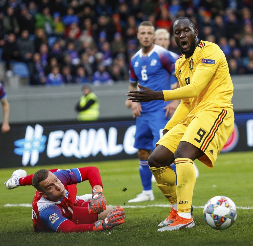 Iceland's Hannes Halldórsson (1) , left, is challenged by Belgium's Romelu Lukaku (9) during the UEFA Nations League soccer match between Iceland and