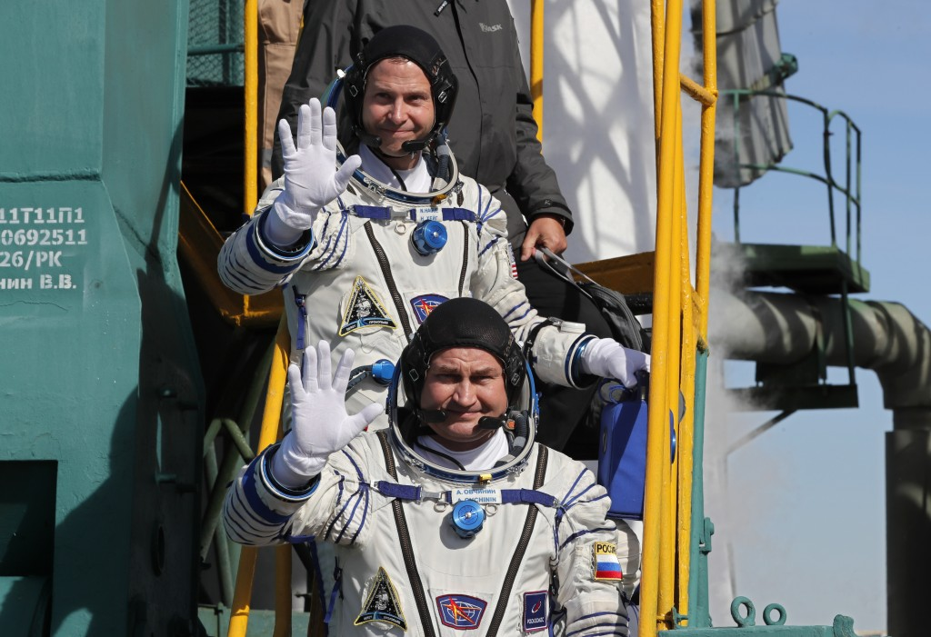 Astronauts make emergency landing after engine failure