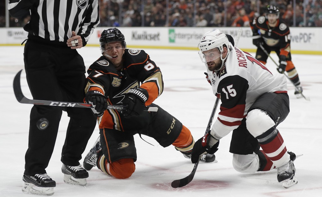 Anaheim Ducks' Rickard Rakell, left, faces off against Arizona Coyotes' Brad Richardson (15) during the second period of an NHL hockey game Wednesday,
