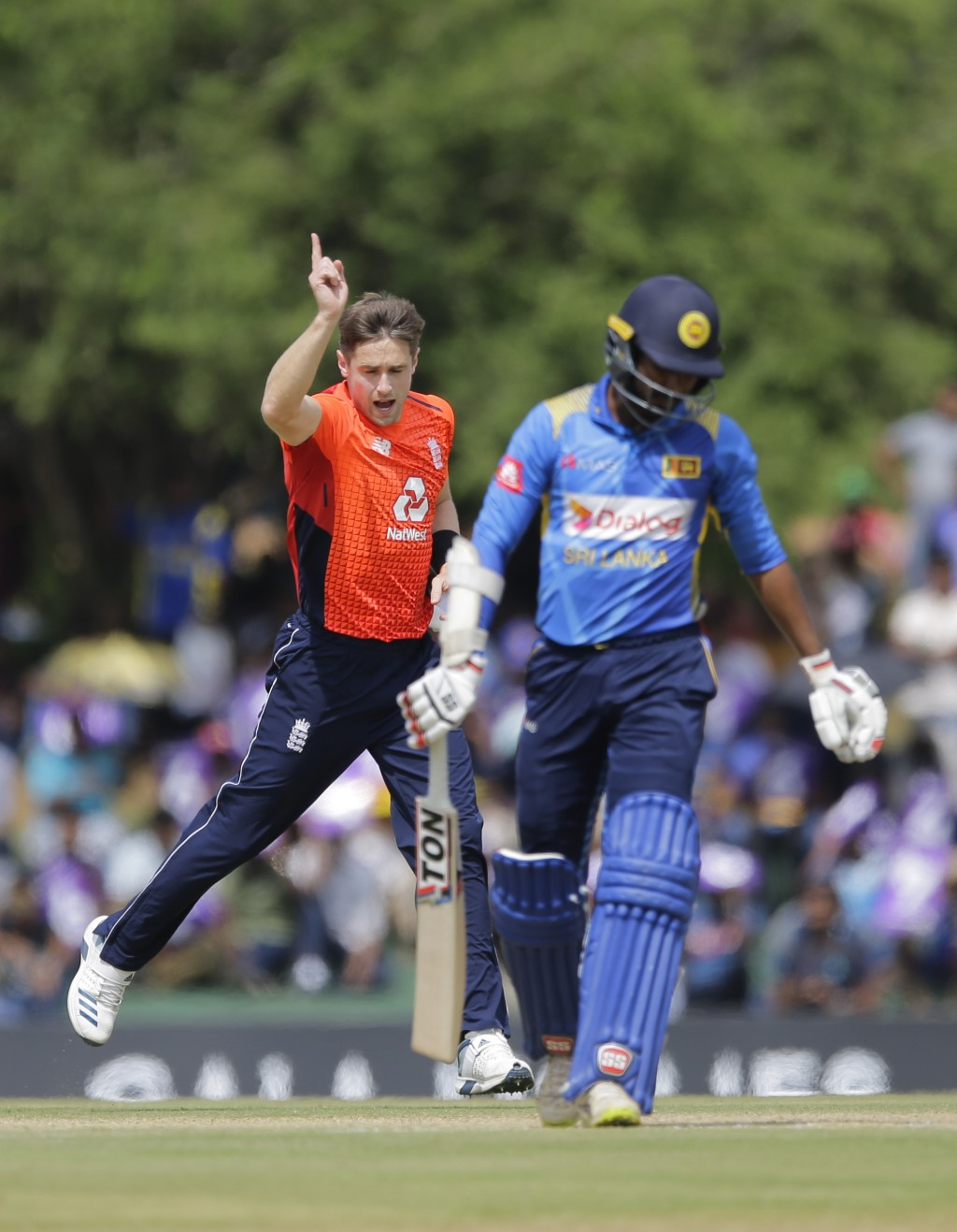 England's Chris Woakes celebrates the dismissal of Sri Lanka's Upul Tharanga, right, during their second one-day international cricket match in Dambul