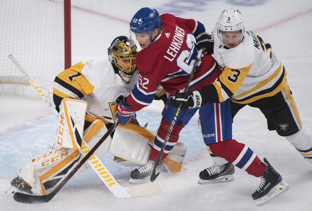 Pittsburgh Penguins goaltender Casey DeSmith is pressured by Montreal Canadiens' Artturi Lehkonen (62) as Penguins' Olli Maatta defends during the fir