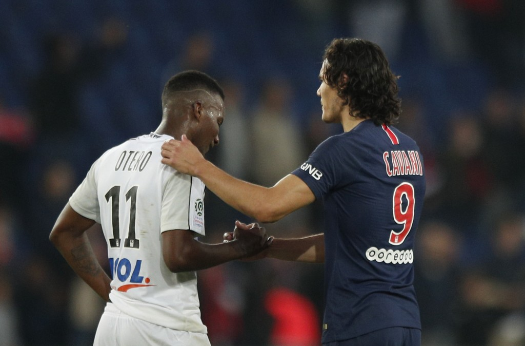 PSG's Edinson Cavani, right, shakes hands with Amiens' Juan Ferney Otero after the French League One soccer match between Paris-Saint-Germain and Amie...