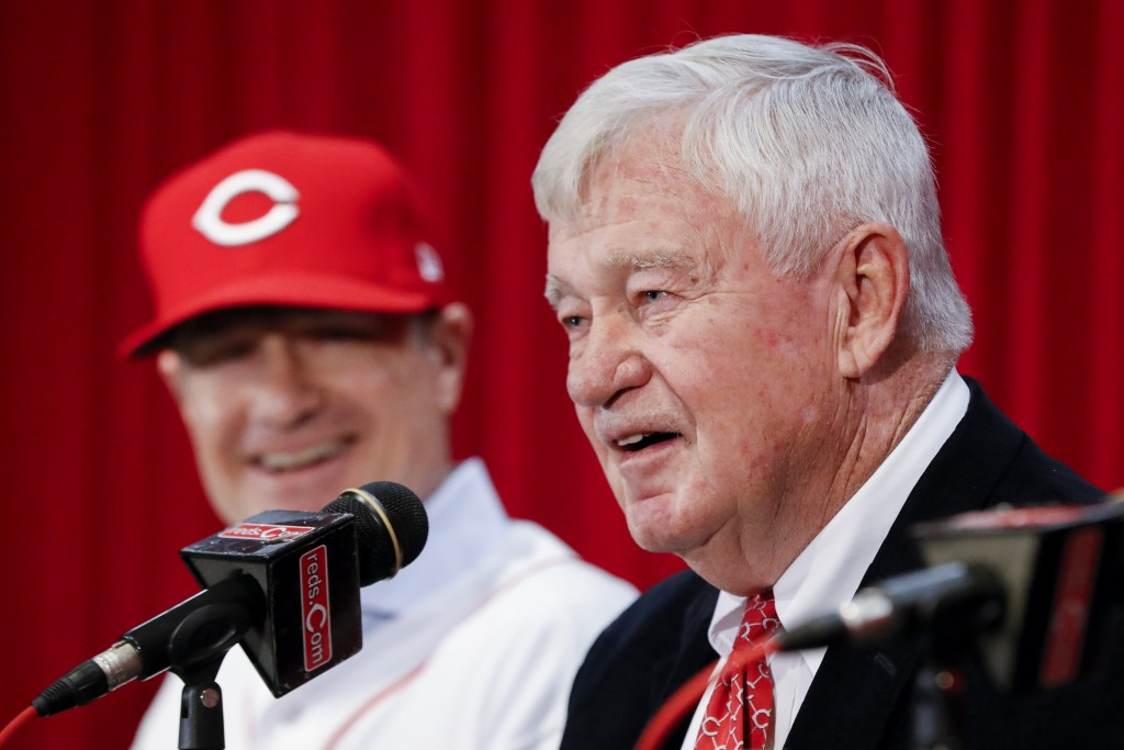 Bob Castellini, CEO of the Cincinnati Reds, right, speaks alongside manager David Bell, left, during a news conference, Monday, Oct. 22, 2018, in Cinc