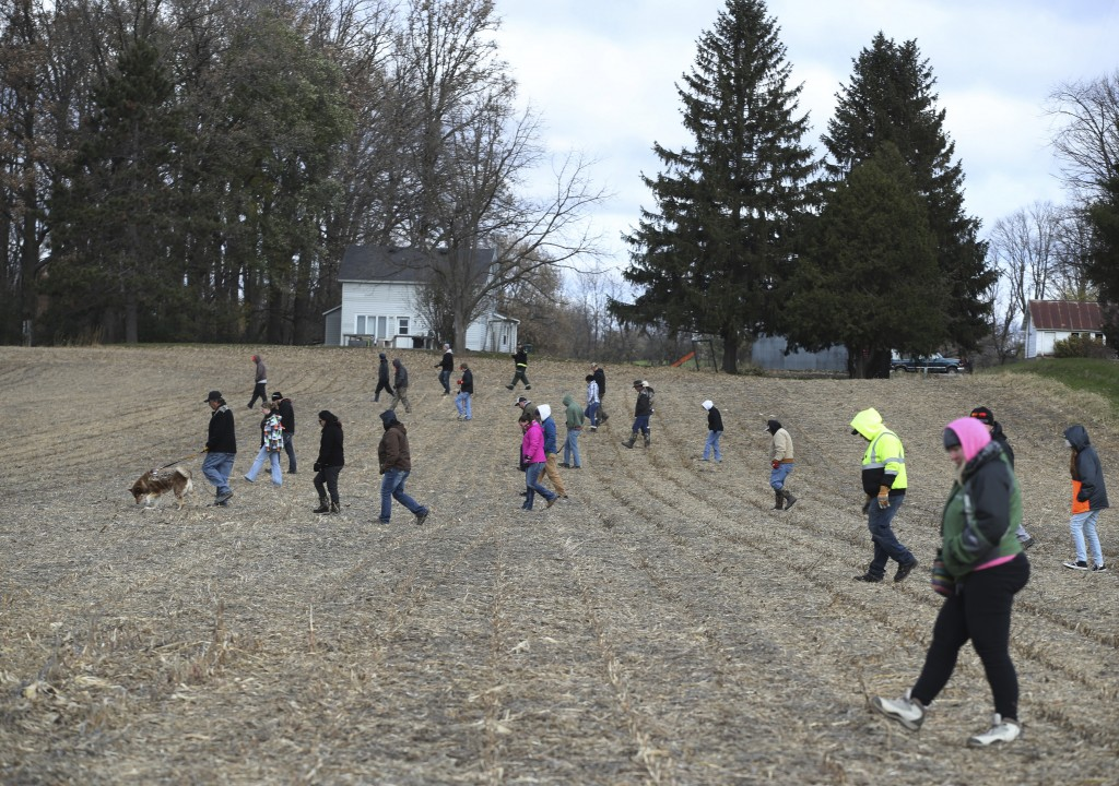 Volunteers search a field along 15th Ave. near highway 25 just north of Barron, Wis., Tuesday, Oct. 23, 2018, for 13-year-old Jayme Closs, who was dis...
