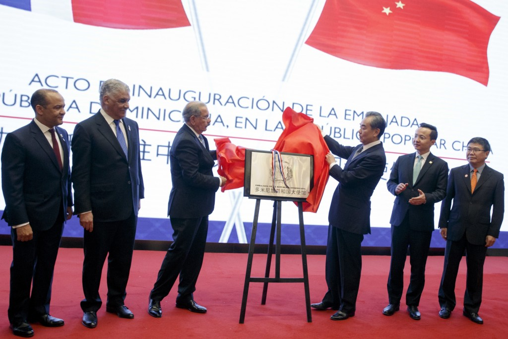 China's Foreign Minister Wang Yi, third right, Dominican Republic's President Danilo Medina, thrid left, Chancellor Miguel Vargas, second left, and Am...
