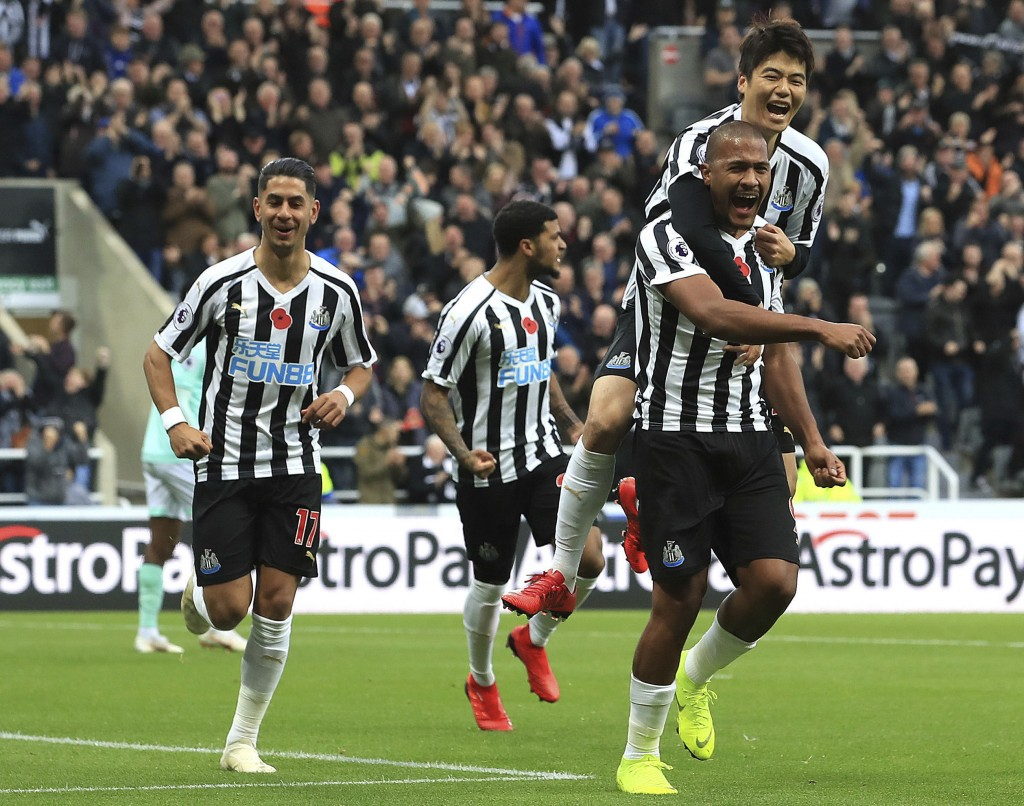 Newcastle United's Salomon Rondon, right, celebrates scoring his side's first goal of the game with Sung-Yeung Ki  during the English Premier League s