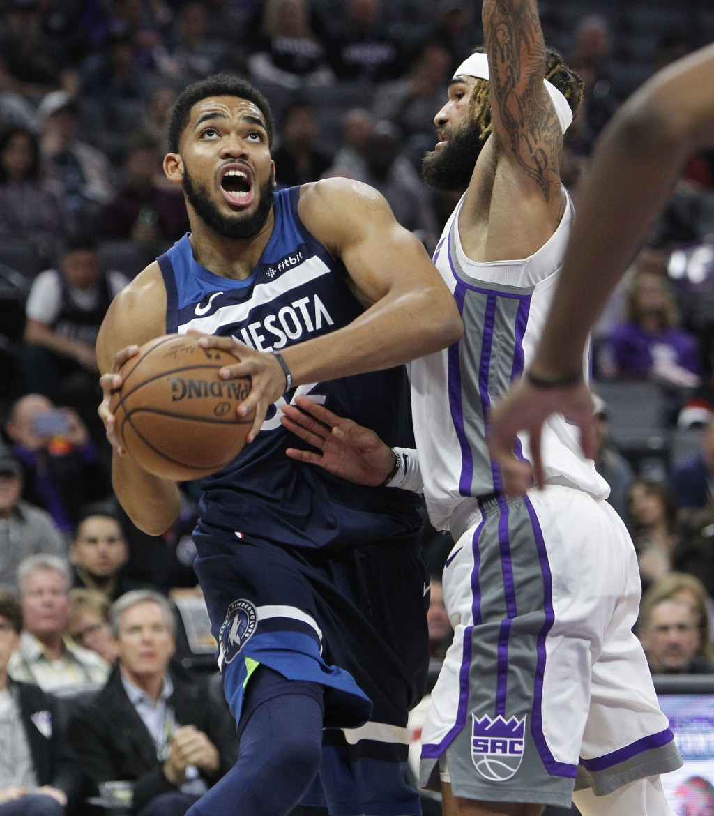 Minnesota Timberwolves center Karl-Anthony Towns (32) drives to the basket against Sacramento Kings center Willie Cauley-Stein (00) during the first h