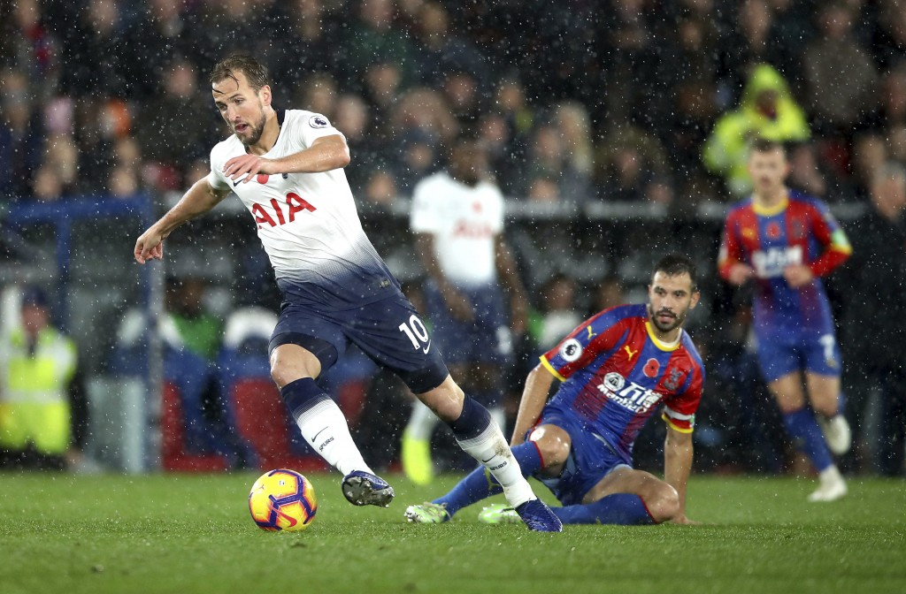 Tottenham Hotspur's Harry Kane, left, and Crystal Palace's Luka Milivojevic battle for the ball during their English Premier League soccer match at Se