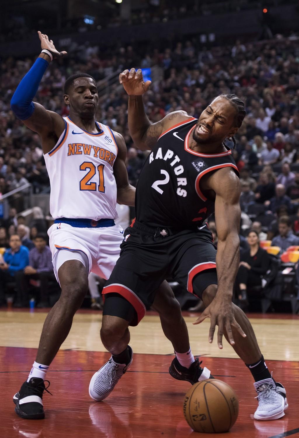 Toronto Raptors forward Kawhi Leonard (2) battles for the ball against New York Knicks guard Damyean Dotson (21) during first half NBA basketball acti
